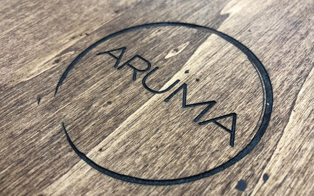 Elegantes cartas de madera, la elección del Restaurante Aruma.